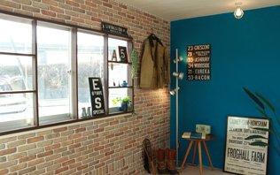 じゅらく壁や砂壁などを壁紙に変えるには、塗り壁の凹凸を無くすための下地処理が必要となりますが、下地が完成してしまえば壁紙を貼ることができます!