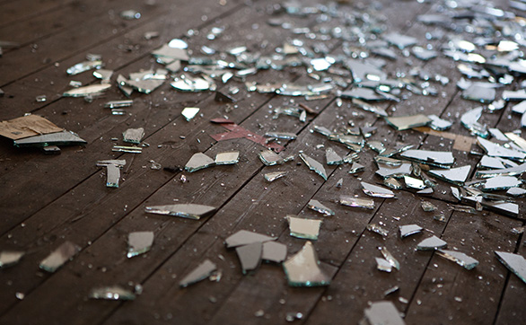 台風によって窓ガラスが割れる原因や危険性